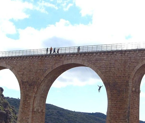 Puente en Albentosa columpiándose